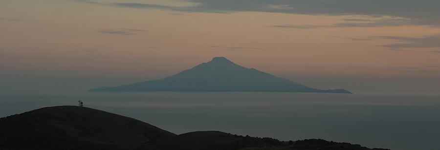 夕暮れに浮かぶ「利尻島」